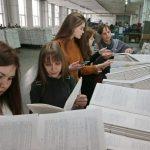 Школьники с удовольствием вдыхают аромат свежей типографской краски