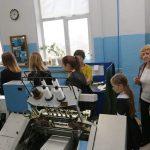 Цех, где книжки сшиваются на типографских ткацких станках специальными нитками