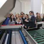 Детям показали, как компьютерные файлы наносятся на пластины, с которых затем переносится изображение посредством офсетной печати на бумагу