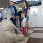 Первому ребенку, вылетающему из Черемшанки, вручили гигантского медведя