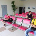 В зале ожидания нового терминала прохладно и комфортно