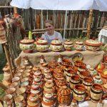 Продукция шушенских мастеров керамических дел неизменно пользуется спросом среди гостей фестиваля