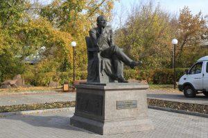Артисты ансамбля танца Сибири высадили деревья к юбилею основателя коллектива Михаила Годенко. 9 октября 2018 года