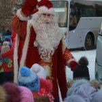 До новогодних утренников еще далеко, а на фабрике детей встречает уже настоящий Дед Мороз