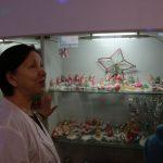 Эта витрина – «мини-музей» фабрики. Здесь можно увидеть новогодние игрушки разных эпох. К примеру, во время Никиты Хрущева были популярны блестящая кукуруза и разные овощи