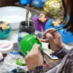 Раскрашивание шаров – это большой труд, требующий предельной концентрации