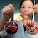 Вот такие удивительные шары требуют очень кропотливой работы. Каждая ягодка вырезана вручную и приклеена мастером