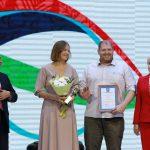 Вице-президент ПКР, 13-кратная чемпионка Паралимпийских игр Рима Баталова вручила награду семье чемпионов, Анне и Виктору Милениным. Анна - лыжница и биатлонистка, а Виктор - член сборной России по волейболу сидя