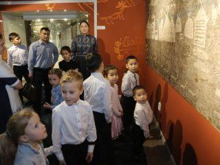 После торжественного награждения семьи познакомились с экспозициями краеведческого музея...
