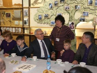 Организатор чаепития директор краеведческого музея Валентина Ярошевская тоже поздравила многодетных матерей с наградой