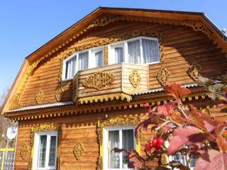 Его дом с резными деревянными узорами – один из самых приметных в Красном Заводе