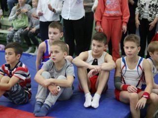 Юные гимнасты внимательно следили за выступлениями соперников.