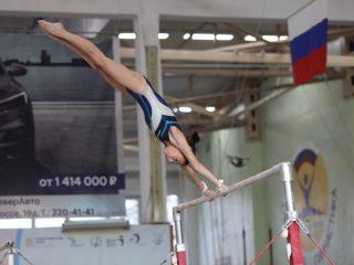 Даже у хрупких с виду гимнасток очень сильные руки.