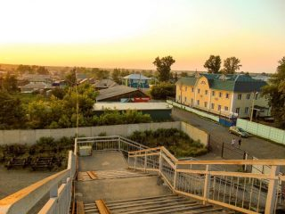 Желтое здание справа – Боготольская дистанция электроснабжения, одно из лучших предприятий Красноярской железной дороги
