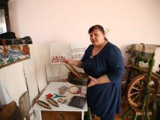 Этнографический музей в селе Частоостровское расположен в нескольких небольших комнатах, однако на изучение всей экспозиции требуется не один час. По экспонатам, собранным единственным хранителем Ниной Федоровной Большаковой, можно изучать целые эпохи