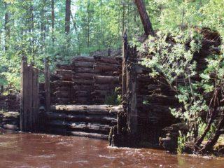 Остатки одного из шлюзов Обь-Енисейского канала