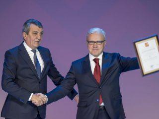 Полпред президента в Сибири Сергей Меняйло поздравляет Александра Усса от имени Владимира Путина