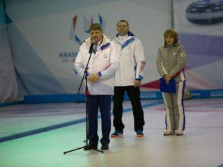 На открытии участников поприветствовал президент краевой федерации керлинга Сергей Веневцев