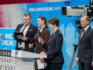 Генеральный секретарь Федерации керлинга России поприветствовала участников