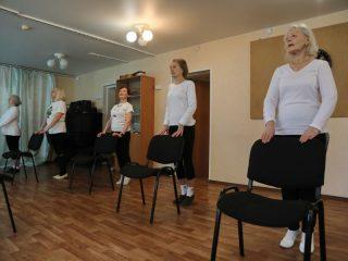 Участницы студии - женщины элегантного возраста. Самой молодой из них 55 лет, а самой старшей - 80
