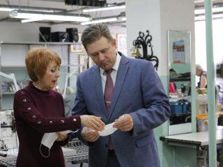 - Губернатор поручил нам проанализировать производственные возможности предприятий легкой промышленности региона и организовать выпуск защитных масок в сжатые сроки, - сказал Евгений Афанасьев.