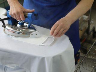 Многоразовые маски можно использовать несколько раз. После применения тщательно постирать, прокипятить 15 минут , высушить и прогладить утюгом