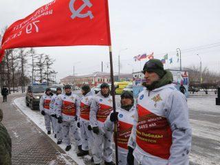 В Красноярск прибыли участники 100-дневного перехода с копией Знамени Победы от Хабаровска до Москвы