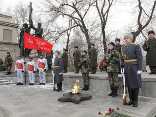 Красноярцы и участники перехода возложили цветы к Вечному огню