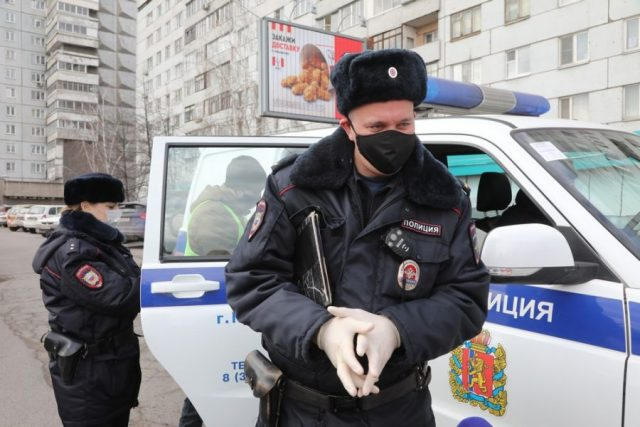 Режим самоизоляции под контролем: улицы Красноярска проверяют полицейские и сотрудники ГИБДД. 3 апреля 2020 года