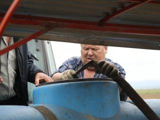 Растения любят влагу, потому заправка рассадопосадочной машины водой – важная часть работы