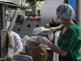 Сегодня предприятие перерабатывает до 360 тонн молока в сутки. На завод поступает сырье сельхозорганизаций более, чем из десяти районов края