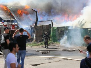 К моменту прибытия нарядов горели и дом, и постройки