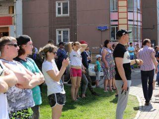 Несмотря на режим самоизоляции, к месту пожара собрались почти все окрестные жители