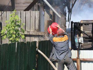 Некоторые жители пытались помочь пожарным