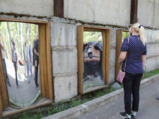 Новая дорожка в парке украшена галереей кривых зеркал.