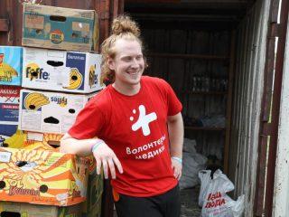Волонтерский штаб проекта, курируемого губернатором Александром Уссом, «Наши люди» все праздничные дни развозит продуктовые наборы для матерей-одиночек и многодетных матерей