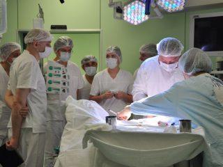 В учреждении ежегодно выполняется более 14 тысяч операций, в стационарных подразделениях ежегодно проходят лечение около 35 тысяч пациентов, в поликлинике – более 170 тысяч приемов пациентов