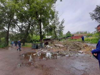 Вот так выглядят дворы на улице 1-й Смоленской из-за наваленного мусора