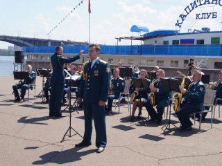 На набережной рядом с «Капитанским клубом» играл военный оркестр войсковой части 7486