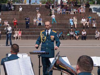 И здесь звучали «Марш прощание славянки», «День Победы» и другие мелодии и песни, посвященные военным подвигам