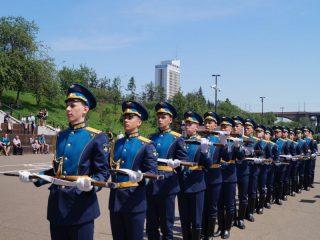 Дефиле курсантов СФУ с карабинами повторилось и на набережной, но уже под музыку духового  оркестра