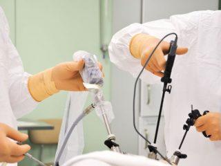 Так, например, в хирургических отделениях круглосуточного стационара в 2019 году пролечили 7768 пациентов, выполнив 9525 операций (в 2018 году – 7483 пациента, 9444 операции). Кроме того, в хирургических отделениях средний койко-день сократился до 13,8 (в 2018 году он составлял 14,1