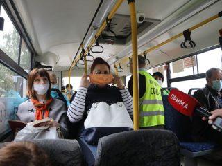 При виде инспекторов пассажиры достают забытые маски.