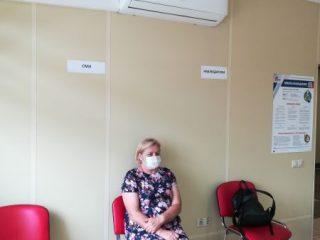 Наблюдатель Валентина Сысенко работает на участке с 25 июня, говорит, что «инцидентов никаких нет, все проходит штатно»