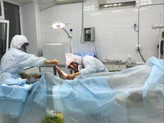 Врачи продолжают и свою штатную работу: делают операции, лечат обычные болезни