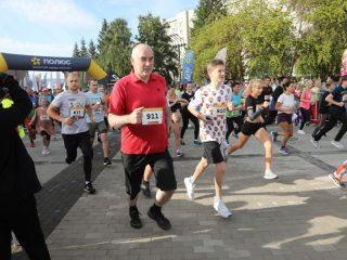 Сегодня проходят забеги на 500 метров и 1 км для детей, 5 км для взрослых, а также 1 км для людей с ограниченными возможностями.