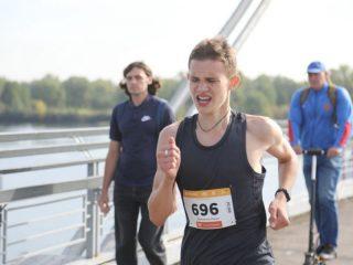 В воскресенье свои силы попробуют любители бега с более серьезной подготовкой и профессиональные легкоатлеты, которым предстоит преодолеть 10 км или 21,1 км.