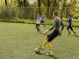 Студенты играли в футбол, а также....
