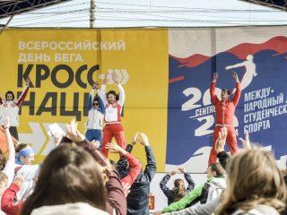 Перед массовым забегом разминку провели олимпийцы Светлана Болдыкова и Алексей Ковригин