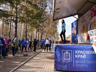 Инструктор по северной (скандинавской) ходьбе Ксения Кацер провела разминку перед стартом